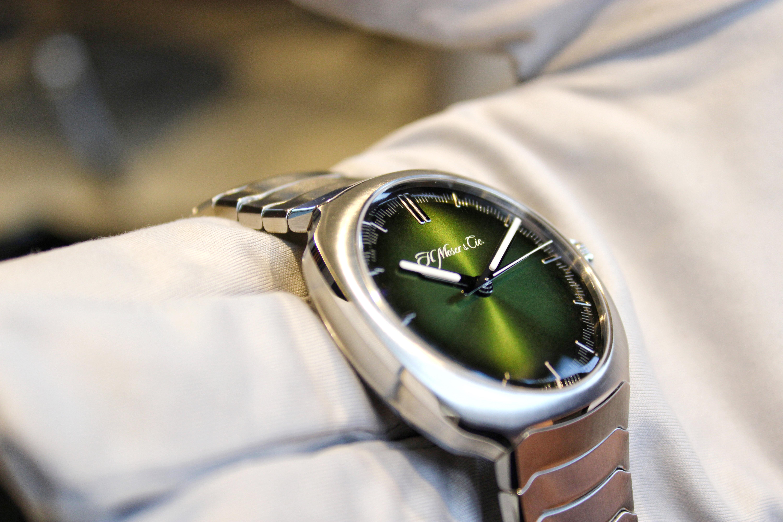腕錶錶面採用全新色調「極光綠」,隨手腕擺動和不同視覺角度,呈現漸變的橄欖綠