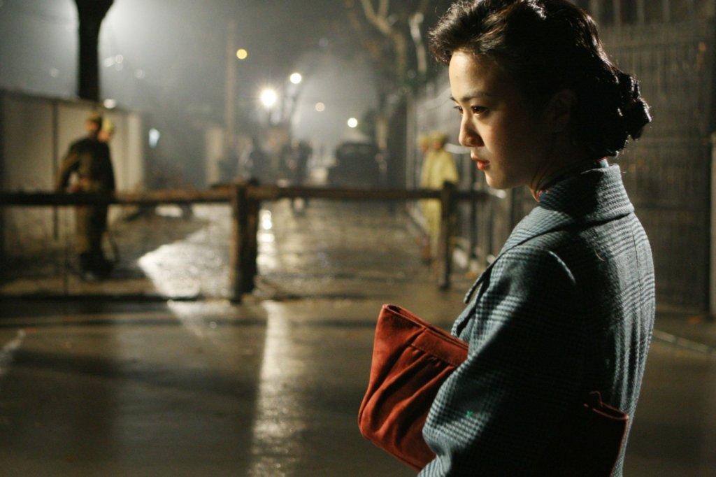 洛楓指出《色,戒》是探討性與政治的殘酷性,而李安在電影改編中巧妙捉住愛情和政治中的忠誠與背叛主題。