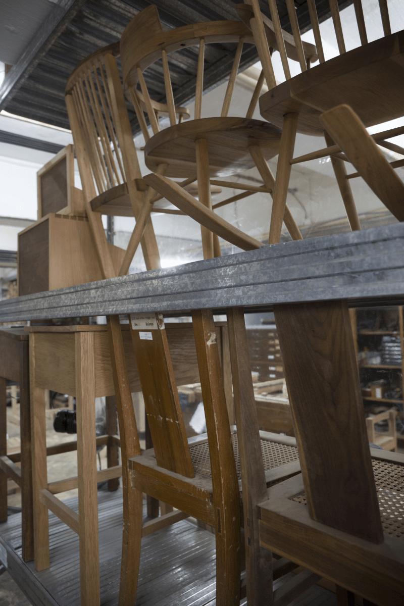 下排的,是家諾早前復刻的舊式學生木枱及藤織木椅。他希望先從復刻家具學習,然後抽取當中富有香港特色的元素,設計出新的家具。