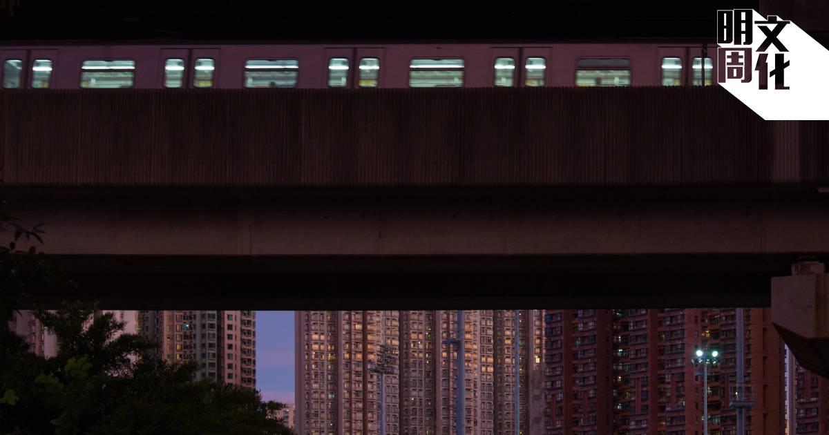 智良善於觀察城巿及空間秩序,在新作中捕捉了城巿生活的沉悶鬱結。