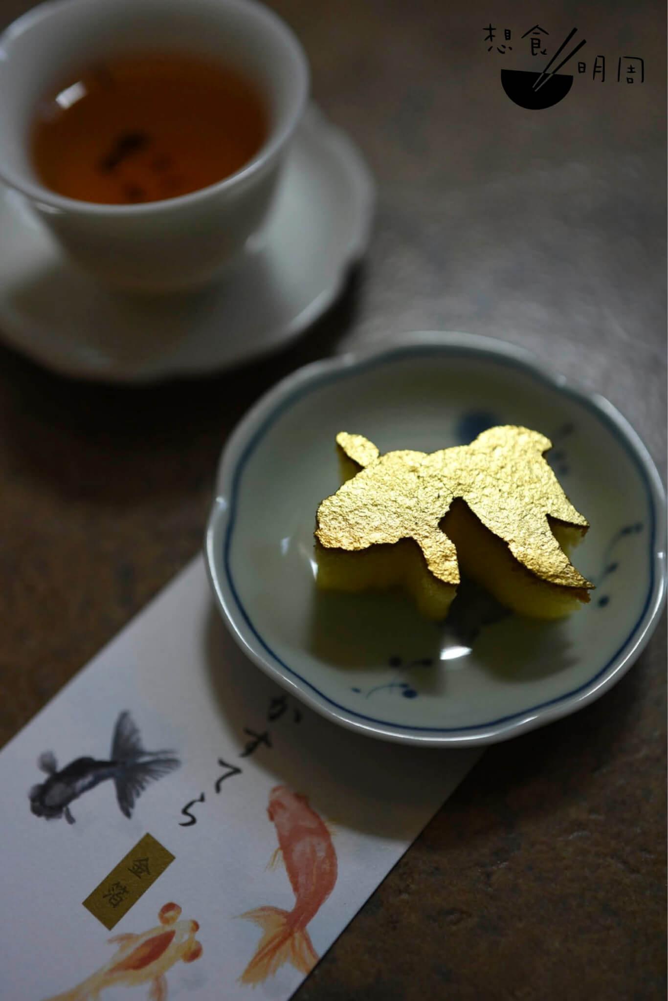 傳統口味的「金魚」蛋糕,如在逐波游躍,姿態生動。