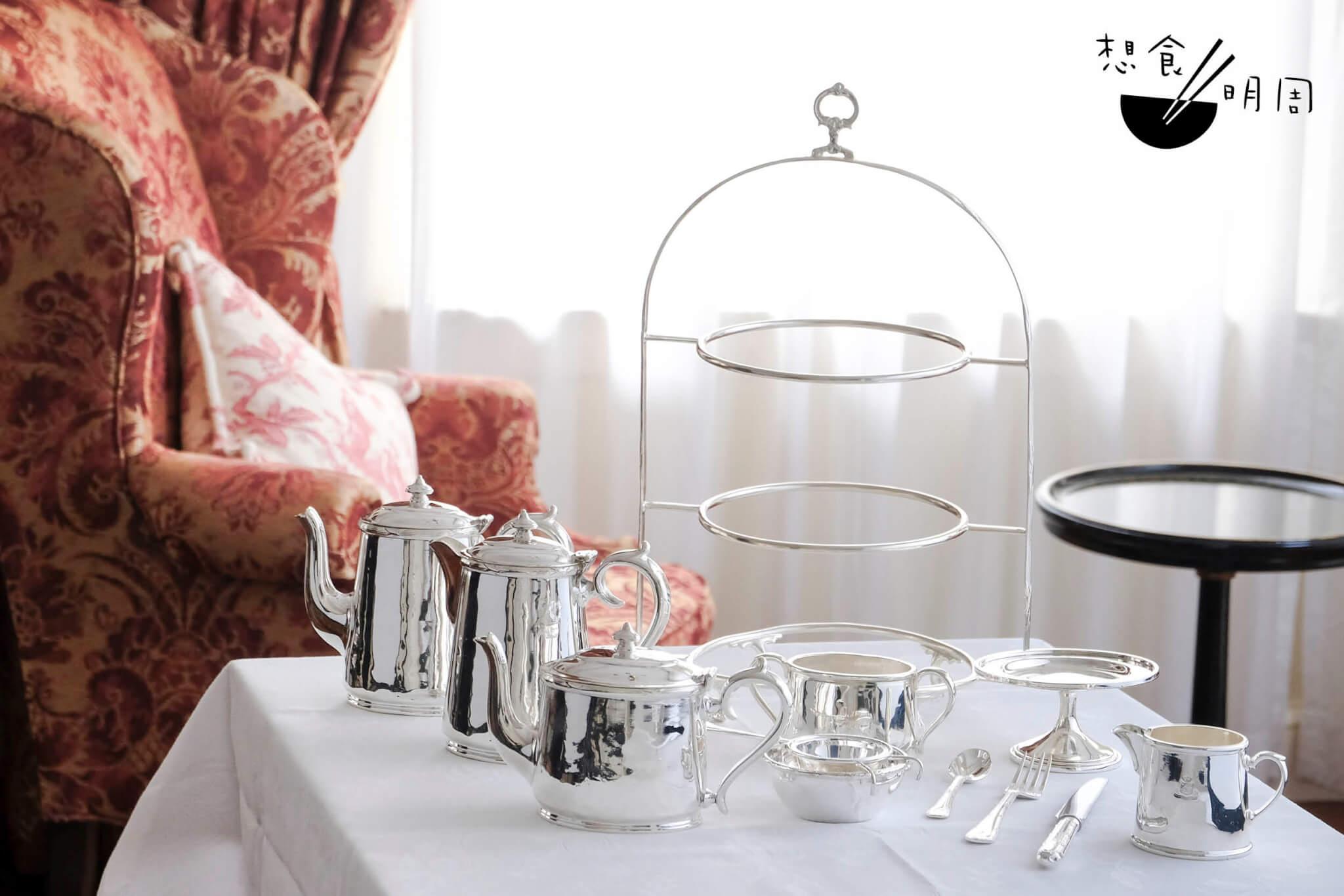 下午茶銀器組件 // 除了三層架之外,另有茶壺、啡壺、水壺、糖盅、奶勺、曲奇座等等。