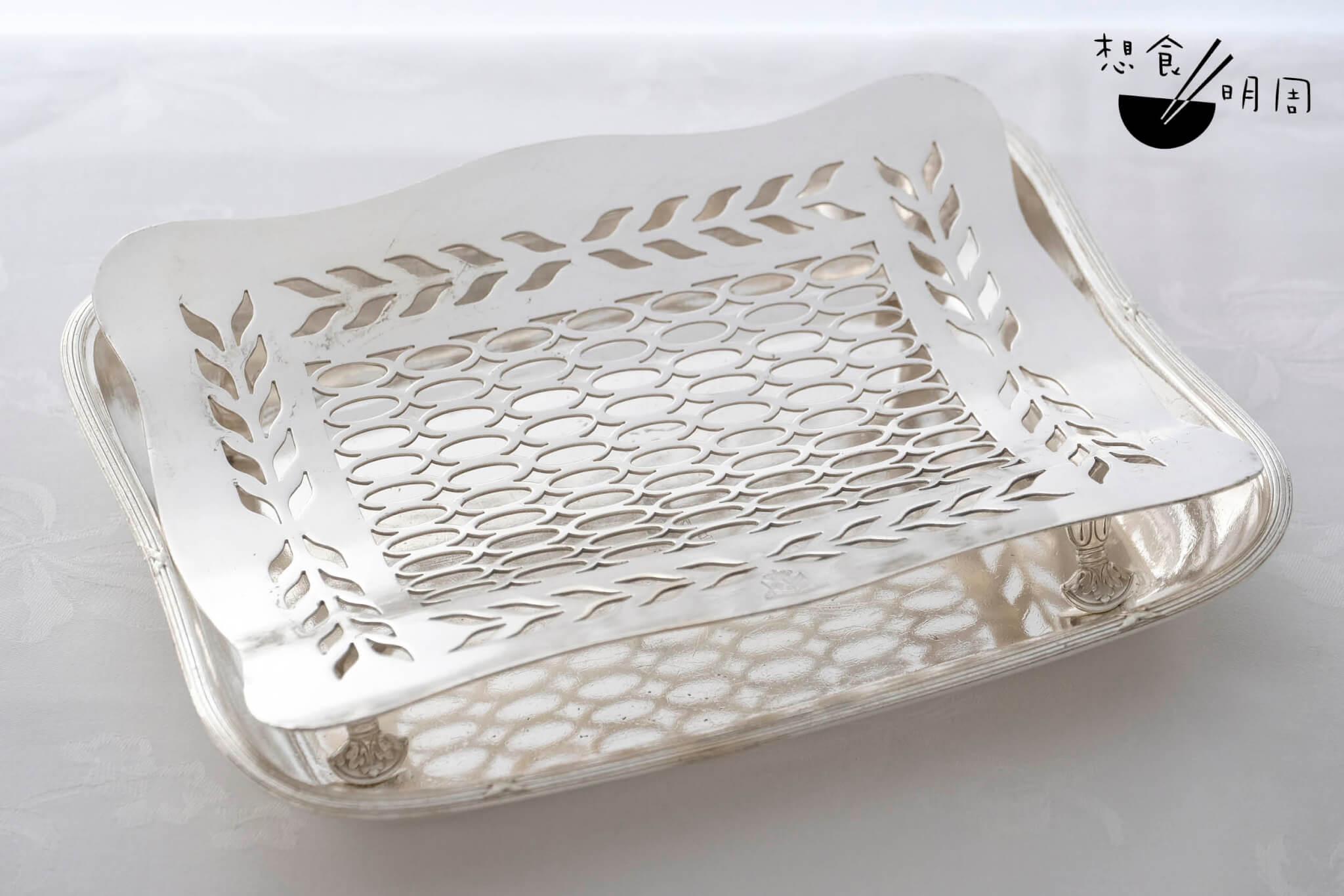 蘆荀碟 // 銀碟如像蒸架,又貌似晾乾熱食之器具,實在難以想像是為蘆荀而設。