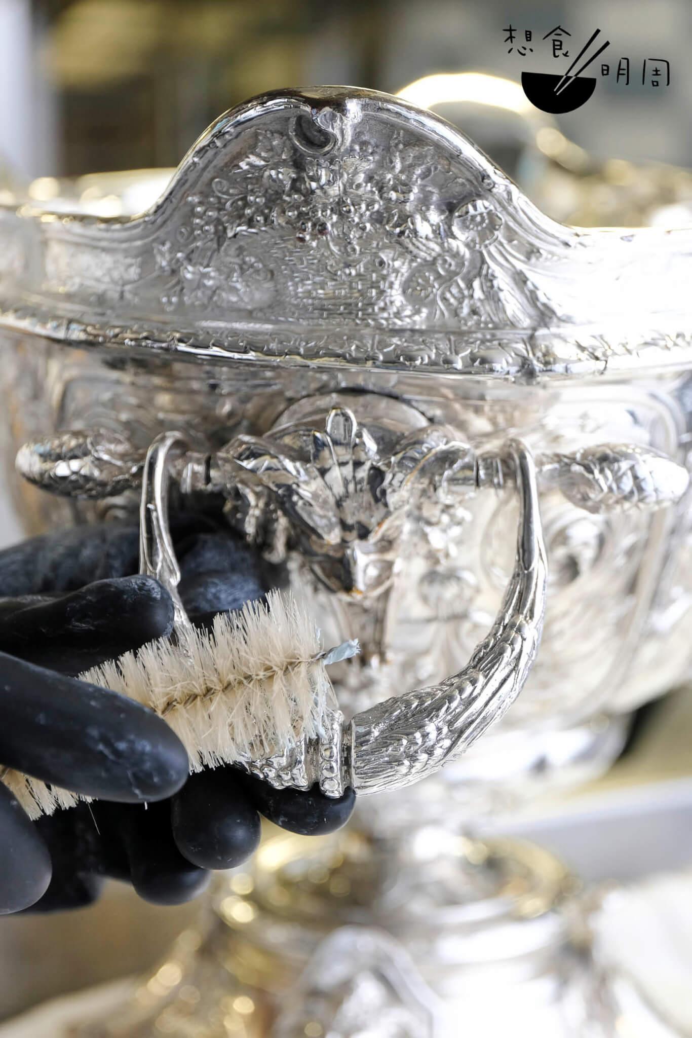 若遇上大件而滿載細膩雕飾的器具,需輔以牙刷或大刷仔細打磨。圖中這件雞尾酒缽,需約30至45分鐘處理,力氣及耐性缺一不可。