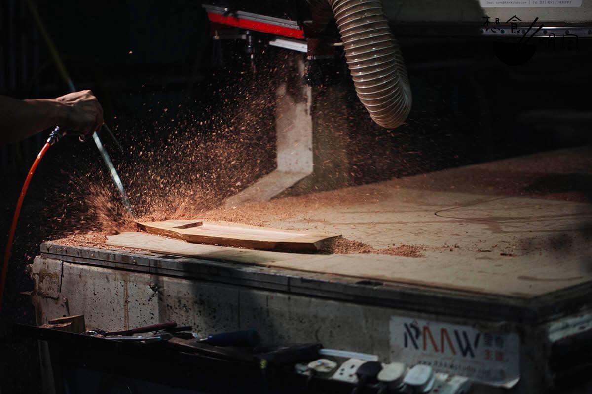 打磨及壓平的方法有好多,大面積的可以機器輔助,精細位置就要靠人手慢慢修整。