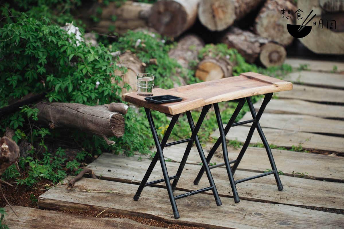 """雙摺凳,70厘米長雙摺凳,有凹入的""""pat pat""""位,還預設了放手機位及放水杯的凹槽。"""