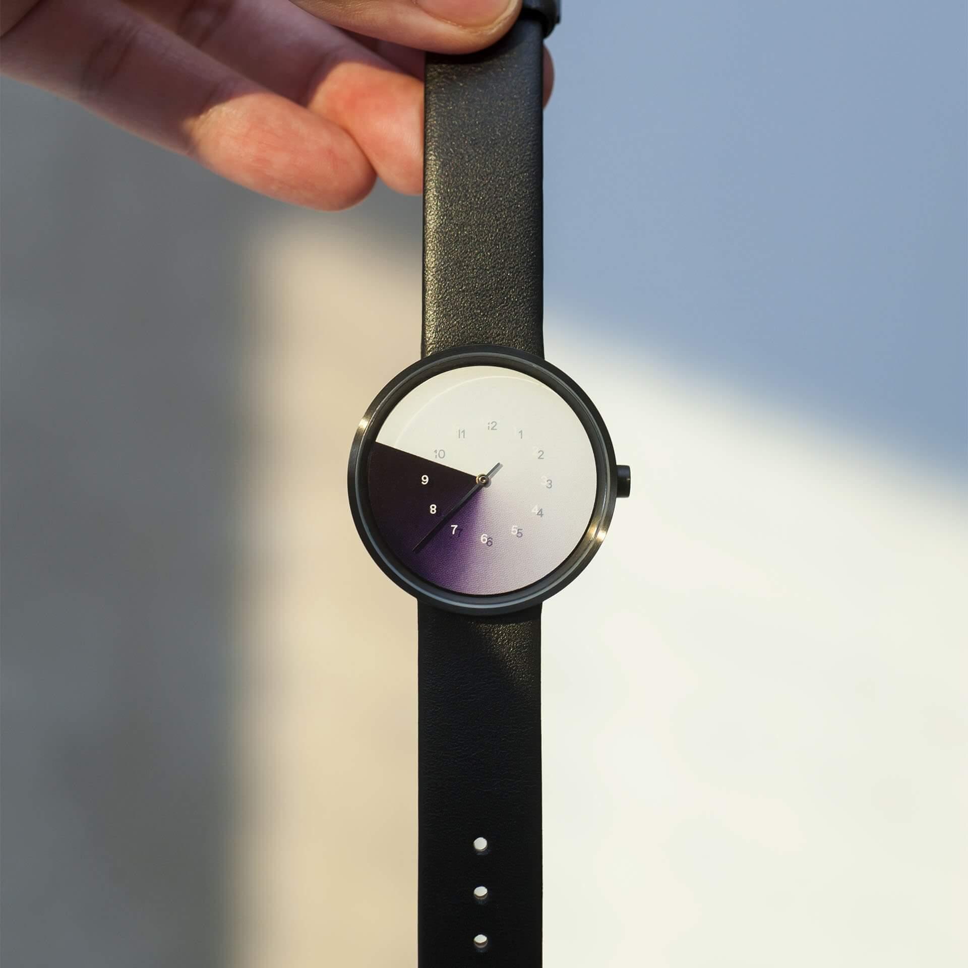 在The Trio of Time (TTT) 系列中,Joe找到不同國家的設計師合作推出概念性手錶,這款由韓國設計師Jiwoong Jung操刀,錶盤會隨時間的流逝而變色。