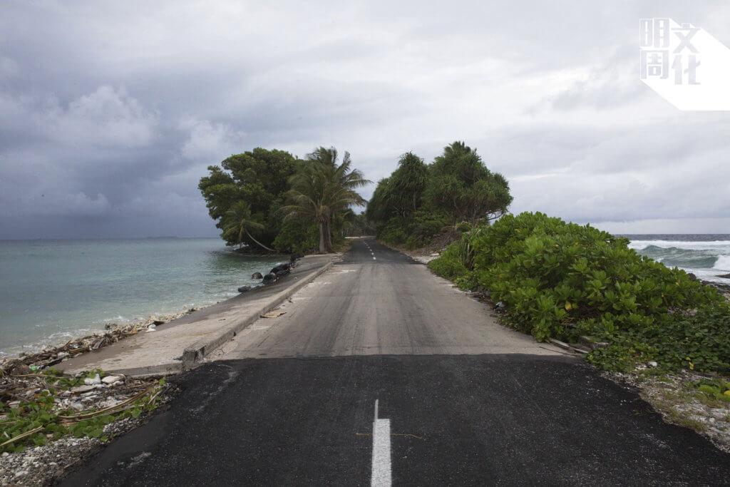地形呈現為細細的月牙,陸地末端狹長,兩邊面向南太平洋。