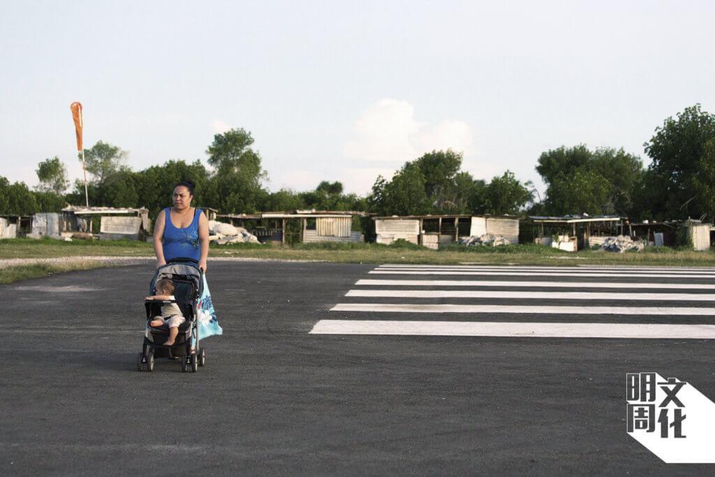 在首都富納富提機場,每周只有一班航班抵達。