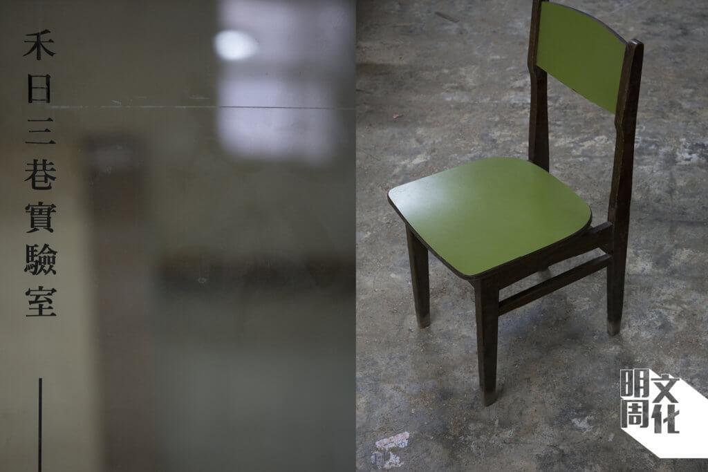 (左)木工房也是實驗室,家諾的學木過程,很多時也是trial and error;(右)這木椅是三十多年前,於土瓜灣木廠街訂製的,記錄了香港的曾經。