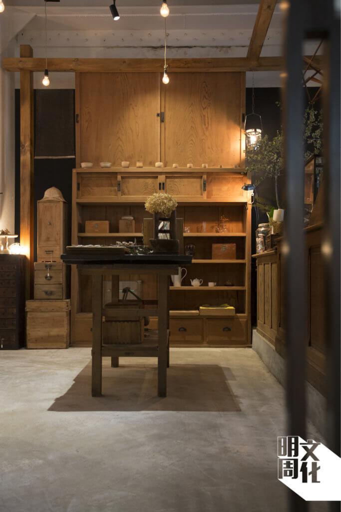木裝潢均是全入榫的,採用了原生杉木及櫸木,加上平榫、蝴蝶榫及金輪繼製作。