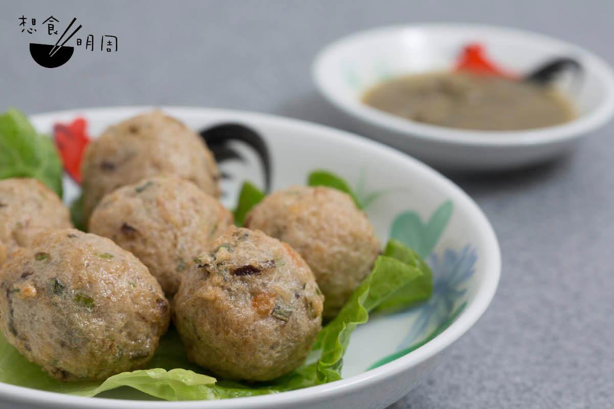 蜆蚧鯪魚球 // 將唧成球狀的鯪魚肉下鍋油炸,——配上鹹鮮的蜆蚧,是為順德人的日常美味。