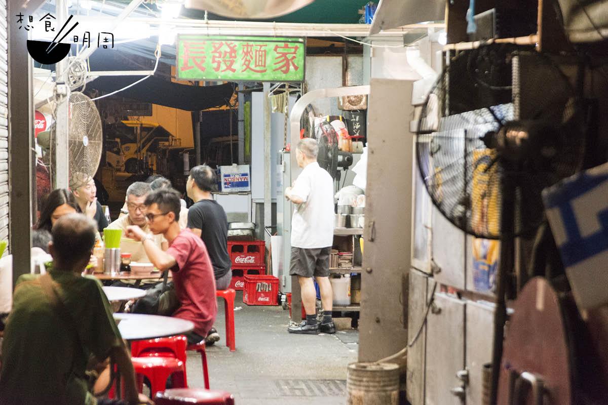 陋巷裏的「長發」,除了炸魚皮出名外,豬油撈麵和新鮮牛腩豬手亦是不少老饕的心頭愛。