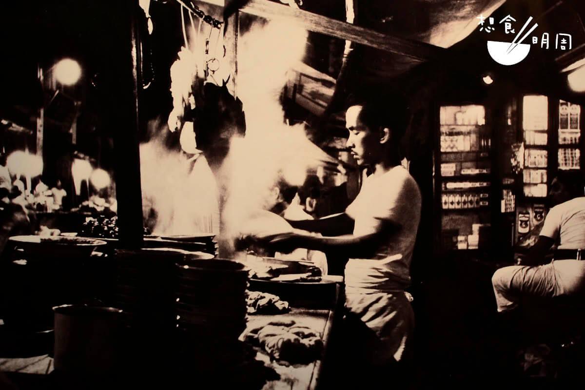 舊日華人謀生,架起簡單的煮食工具,路邊擺幾張小摺凳,加幾張凳仔就這樣做起生意來。(圖片攝自新加坡國家博物館)