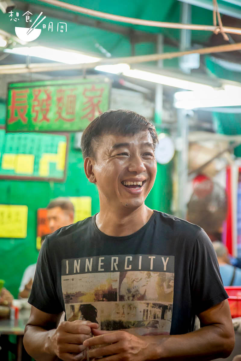 康哥說坊間大部分的炸 魚皮, 取材自越南鯰 魚,魚質差,加上是急 凍貨,吃而不知其味。 怎似得他堅持用新鮮門 鱔製作來得好吃。