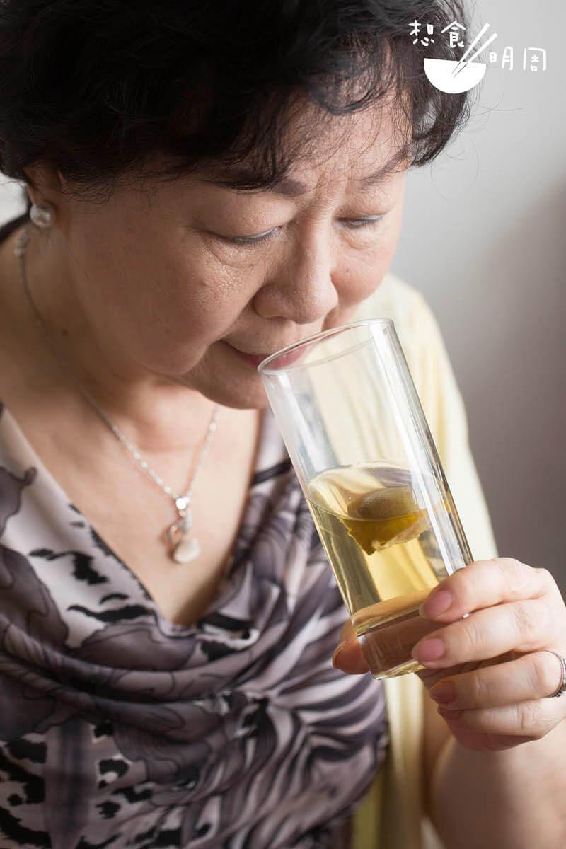 張佩芳是食療顧問和家政導師,為多份報刊撰寫食療專欄,她建議可以用羅漢果來煲菜乾湯和野葛菜湯。