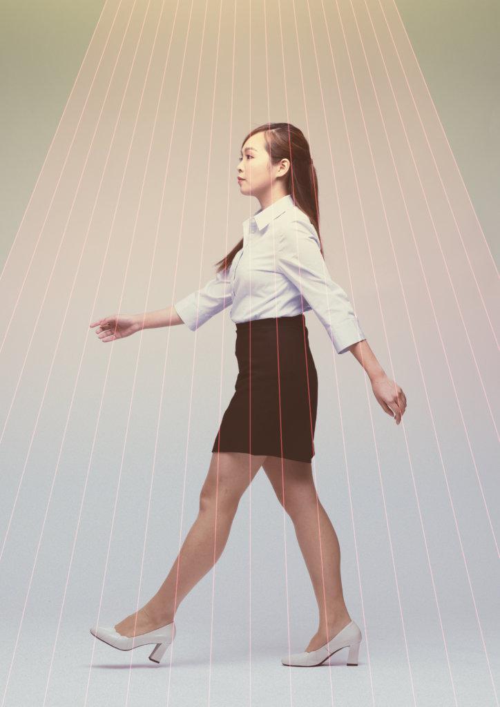 辦公室女職員(丁彤欣飾)經常在順風手上收到她在網上購買的物件,卻對順風不屑一顧。