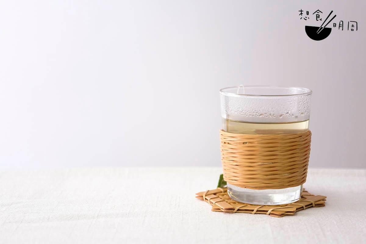 絞編杯套、竹細工杯墊(菊花編)//前者為竹藝班製成品。竹條以絞編法織成杯套,能套在外賣咖啡杯上,有隔熱的功效;後者以六角編及菊花編兩層編織重疊製成,加強了杯墊承托力。(杯墊:$780/塊)