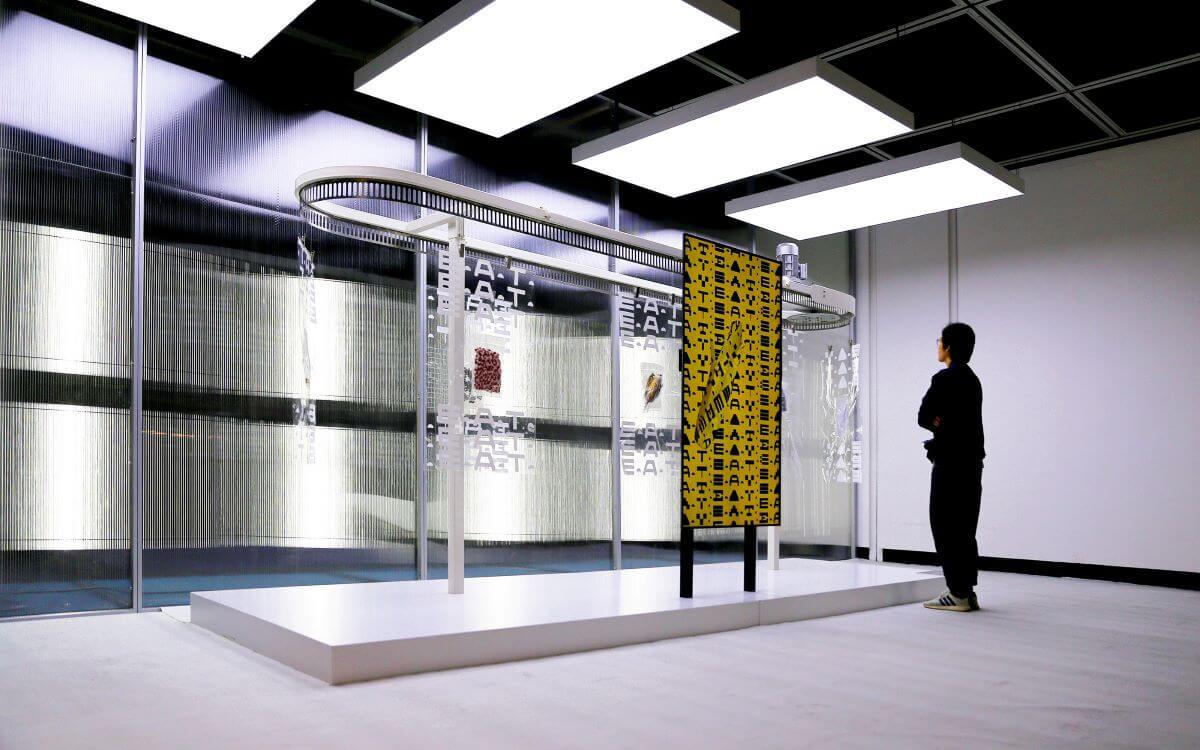去年的微波國際新媒體藝術節展場入口裝置,真空的粟米、藥丸、罐頭等「未來食物」輪流出場。