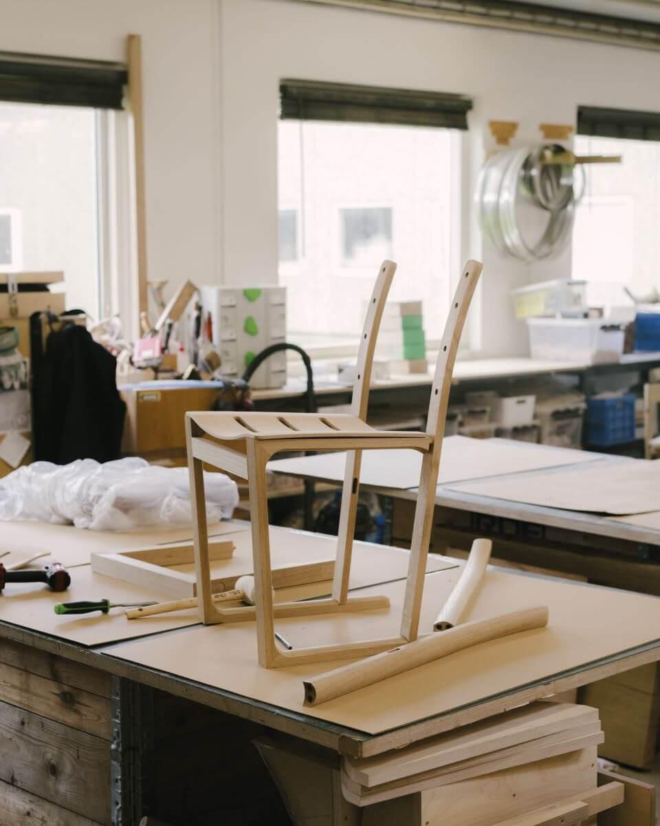 Morrison與品牌花了兩年時間重新設計椅子,反覆測試不同的弧度、榫接位、線條等,務求令其更舒適。