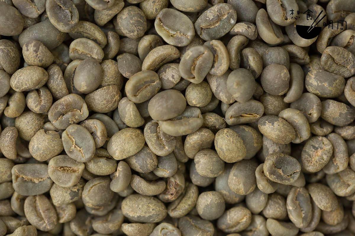 用傳統的水洗處理法後製過的生豆,顏色多呈淡綠色。
