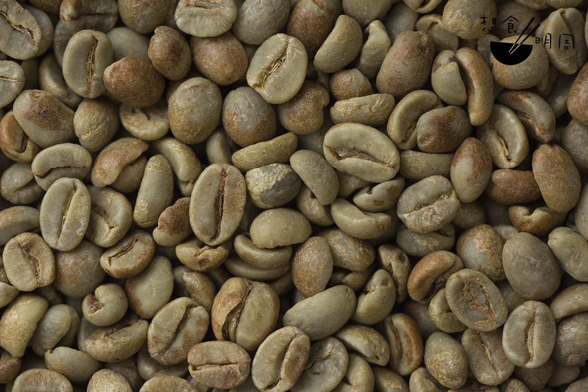 經厭氧處理法後製的咖啡豆,對比下顏色明顯較深,且帶褐色。