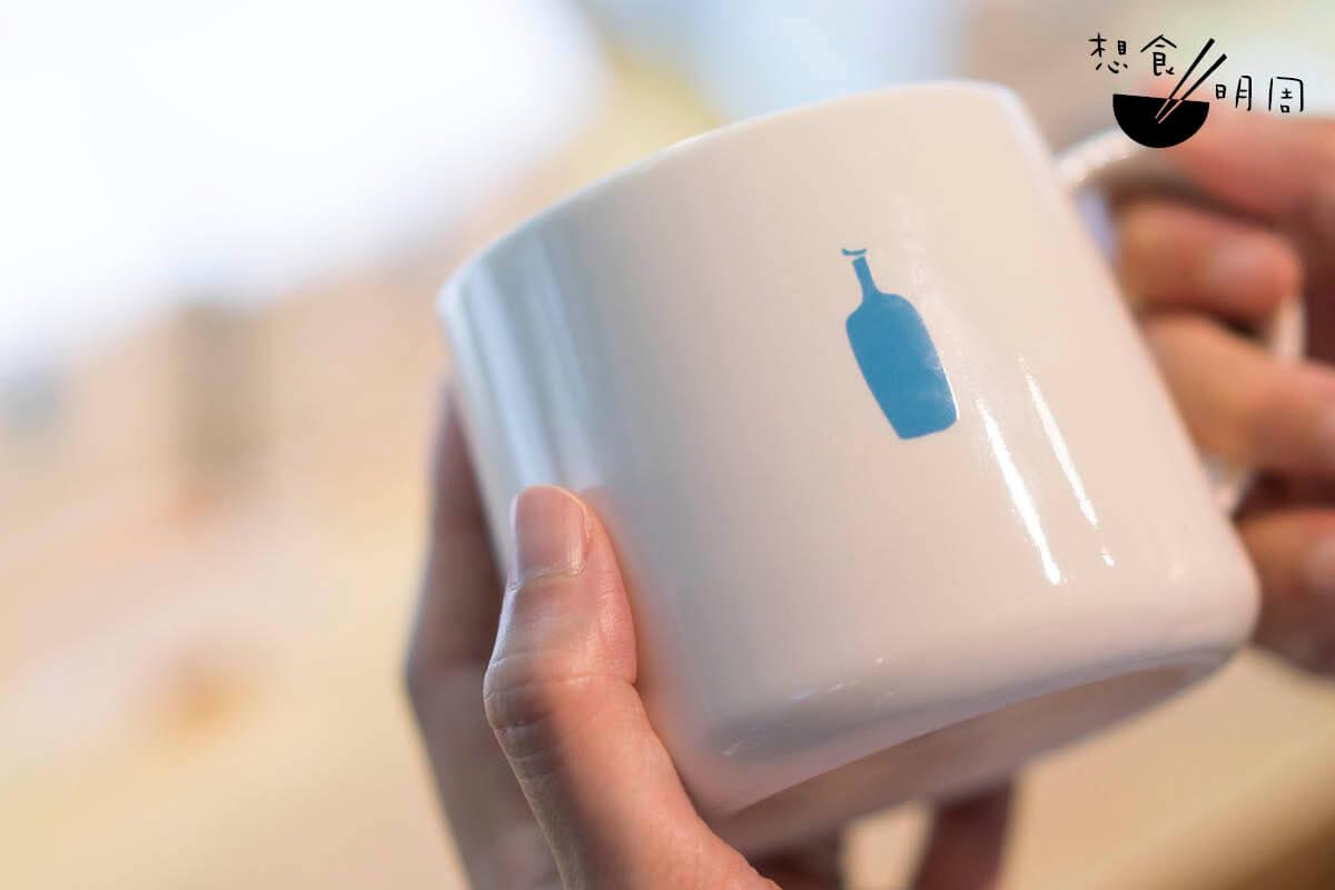 藍瓶推出不少咖啡周邊商品,如咖啡杯、濾杯、冷泡壺、布袋等,全都印上自家商標,讓品牌無聲無色地走進消費者的日常生活。