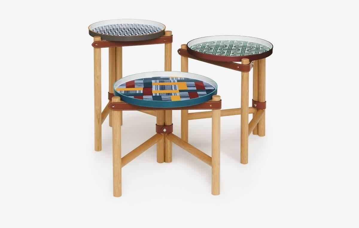 Les Trotteuses d'Hermès茶几由瓷托盤配上橡木和馬韁皮扣帶,皮帶可輕易拆除,方便移動或收藏茶几。