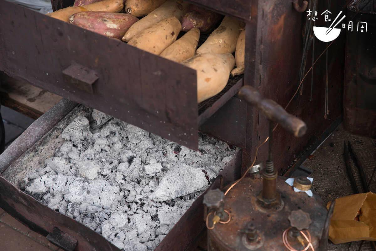 參考從前煨番薯的油桶設計而成的風箱,底層抽屜放枝炭。