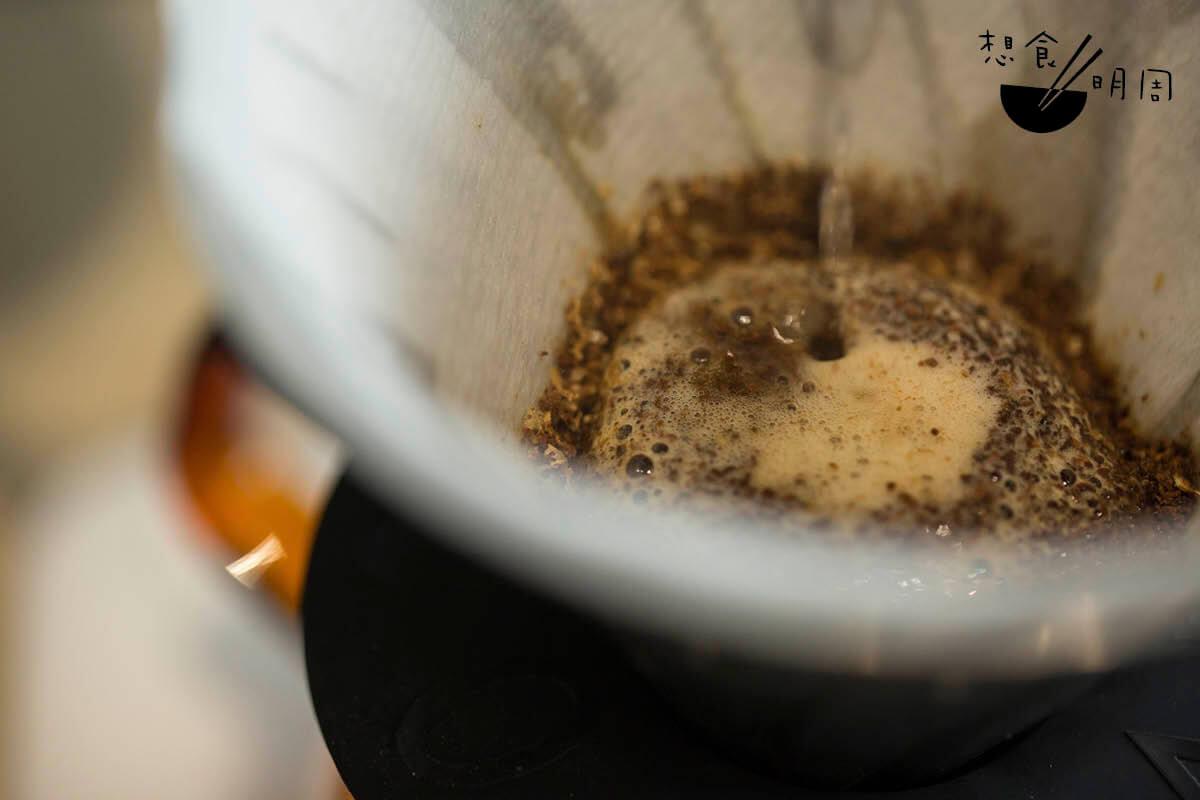 咖啡師最常以手沖的方式,表現出單一產地咖啡豆的細膩風味及層次。