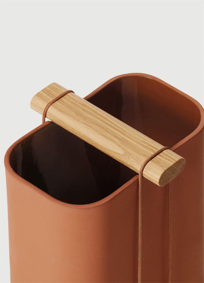 KALA花瓶是以注模方式製成的陶花器,配合可拆除的木手把和皮繩。