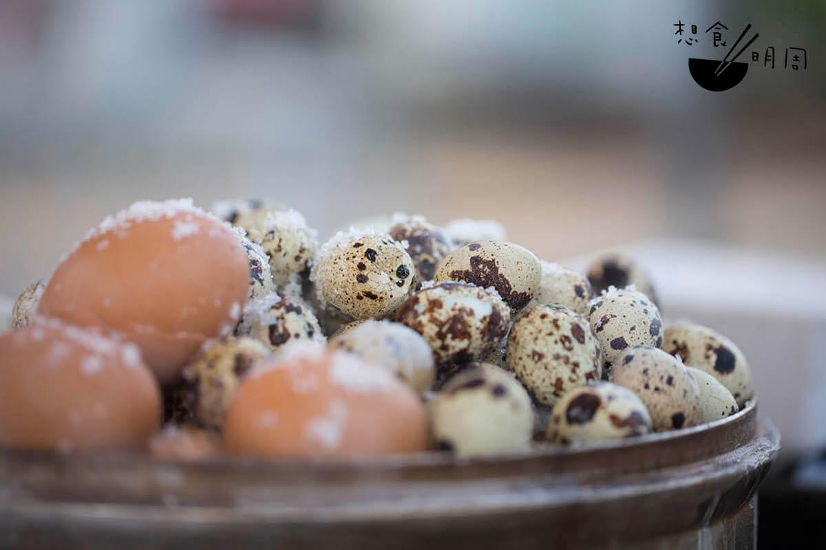 鹽焗蛋// 共有雞蛋及鵪鶉蛋兩款。黃柔淳會在家中用粗海鹽鹽焗一小時提前入味。(雞蛋:$5/隻、鵪鶉蛋:$10/7隻、$20/15隻)