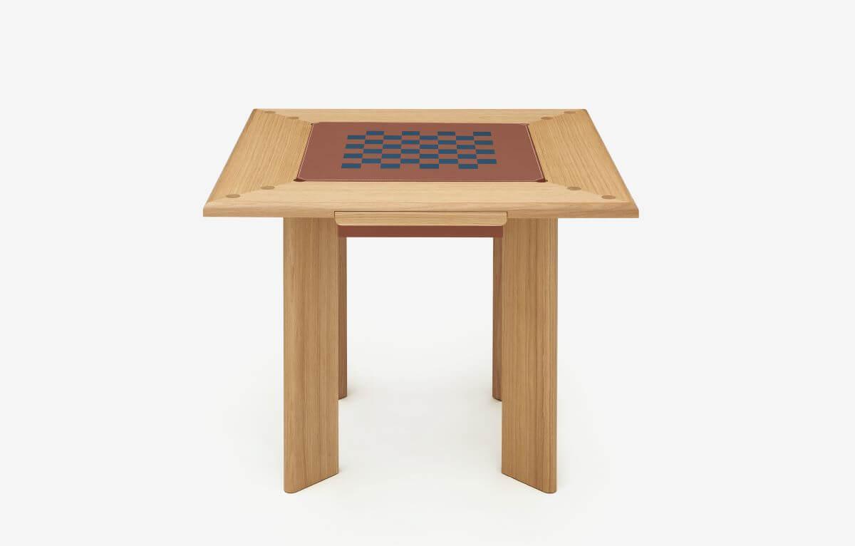 桌子表面看上去簡單俐落,但製作工序繁複,如中央位置的遊戲棋盤,就經由多塊皮革拼合而成。