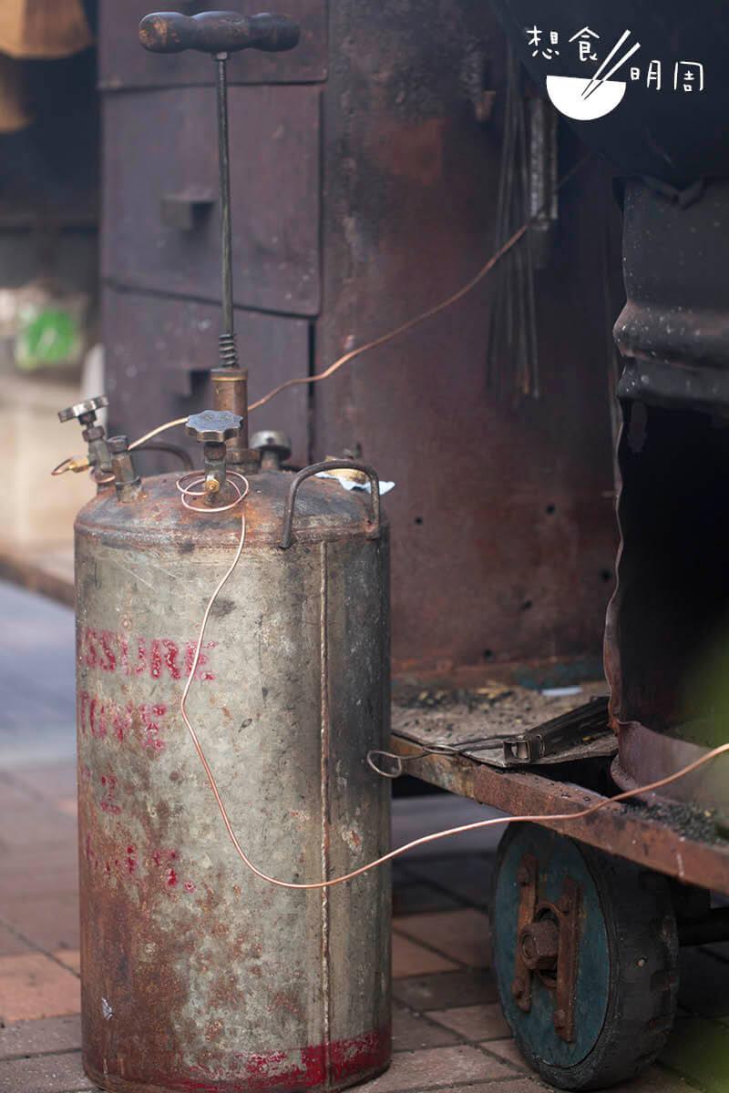 打氣火水爐,是為炒栗子、煨番薯及蒸蛋提供燃料的幕後功臣。