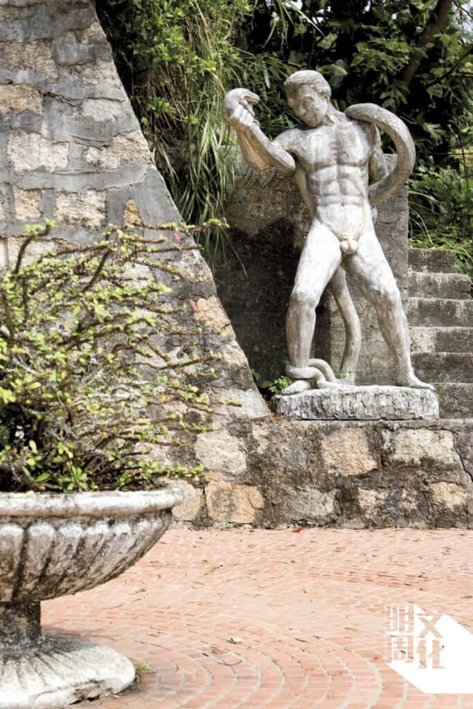 據說羅馬池周邊的雕像,是請師傅教島民修造的。