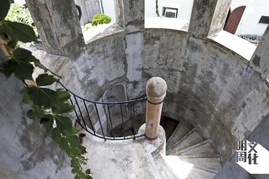 走上羅馬池旁的圓形小樓,是一道古典的迴旋樓梯,直上拱門建築的上層。