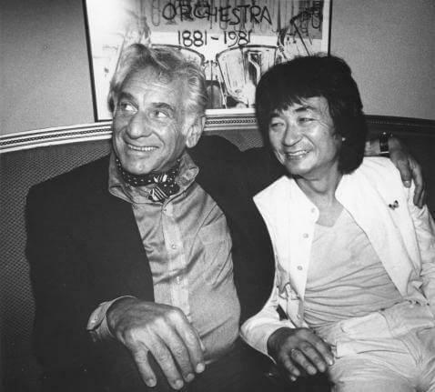 小澤征爾得到伯恩斯坦的賞識,邀請擔任紐約愛樂樂團的助理指揮。