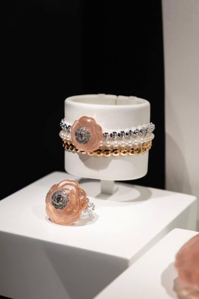 以粉紅石英石雕刻出山茶花的美態,如此通透晶潤,盡顯珠寶匠師的功架。