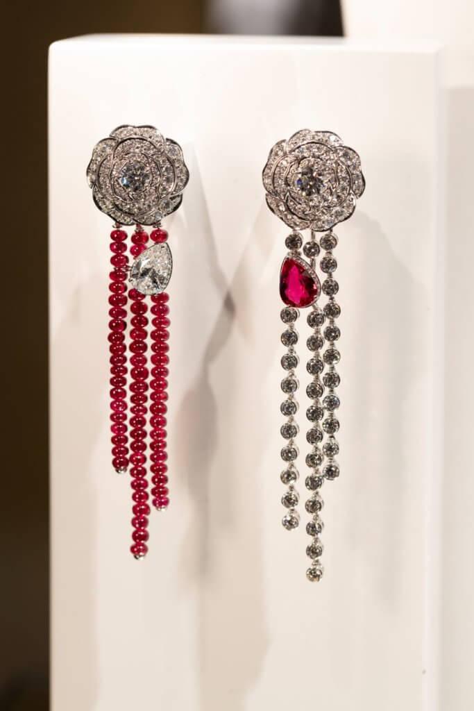 品牌著重的是設計,1 Camélia. 5 Allures系列山茶花紅寶鑽石耳環採用不對稱設計,是近年代表作之一。