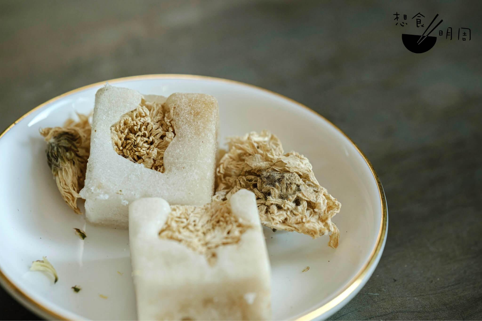一磚杭菊糖磚,泡浸一杯份量剛好,方便之餘亦清香微甜。