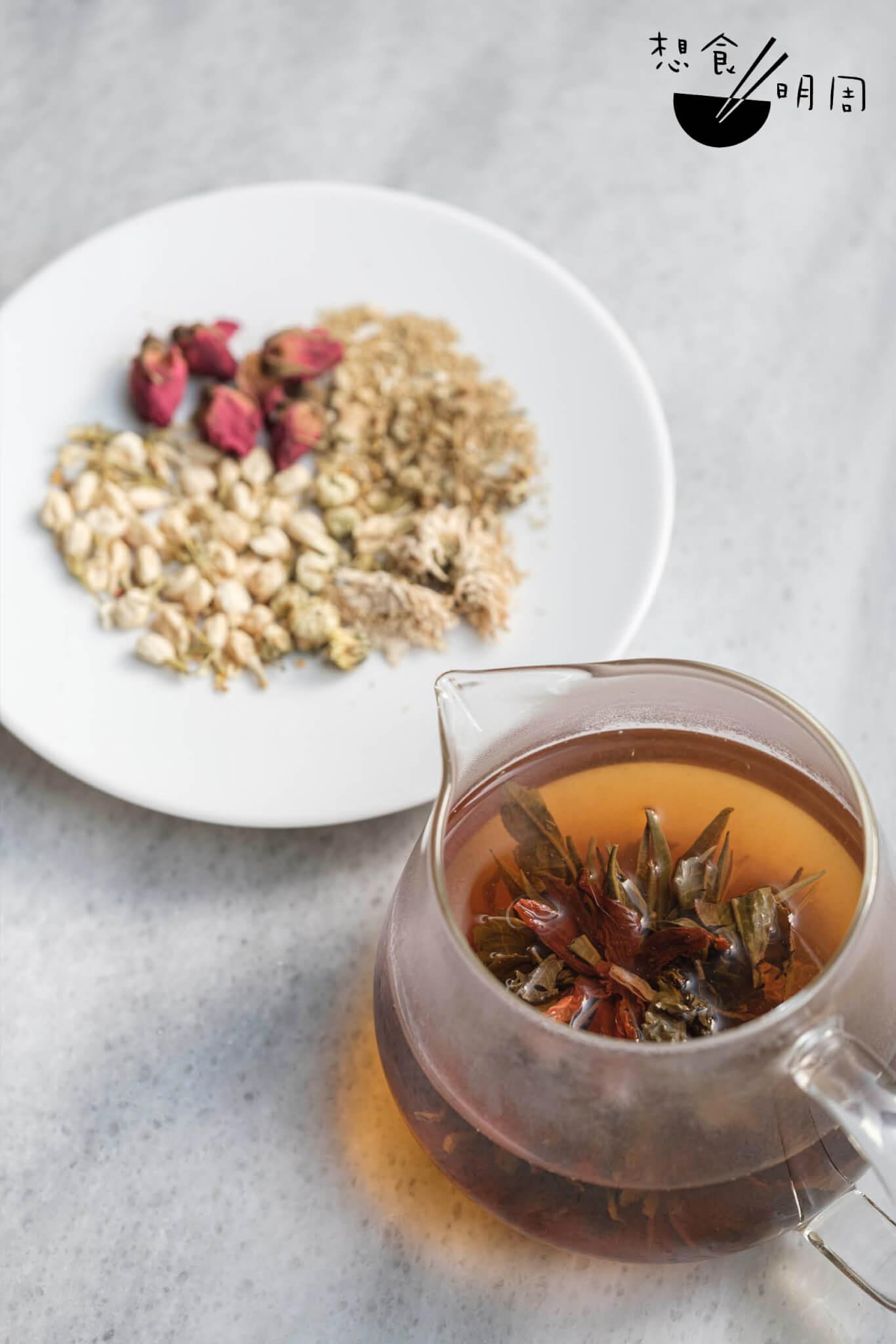 自家製五花茶結合了五種花包括千日紅花、桂花、洋甘菊、茉莉花,綑成茶球,投進杯或壺內,即可注水浸泡。若加上玫瑰、櫻花、鮮桂花、菊花及貢菊,即為十花茶。