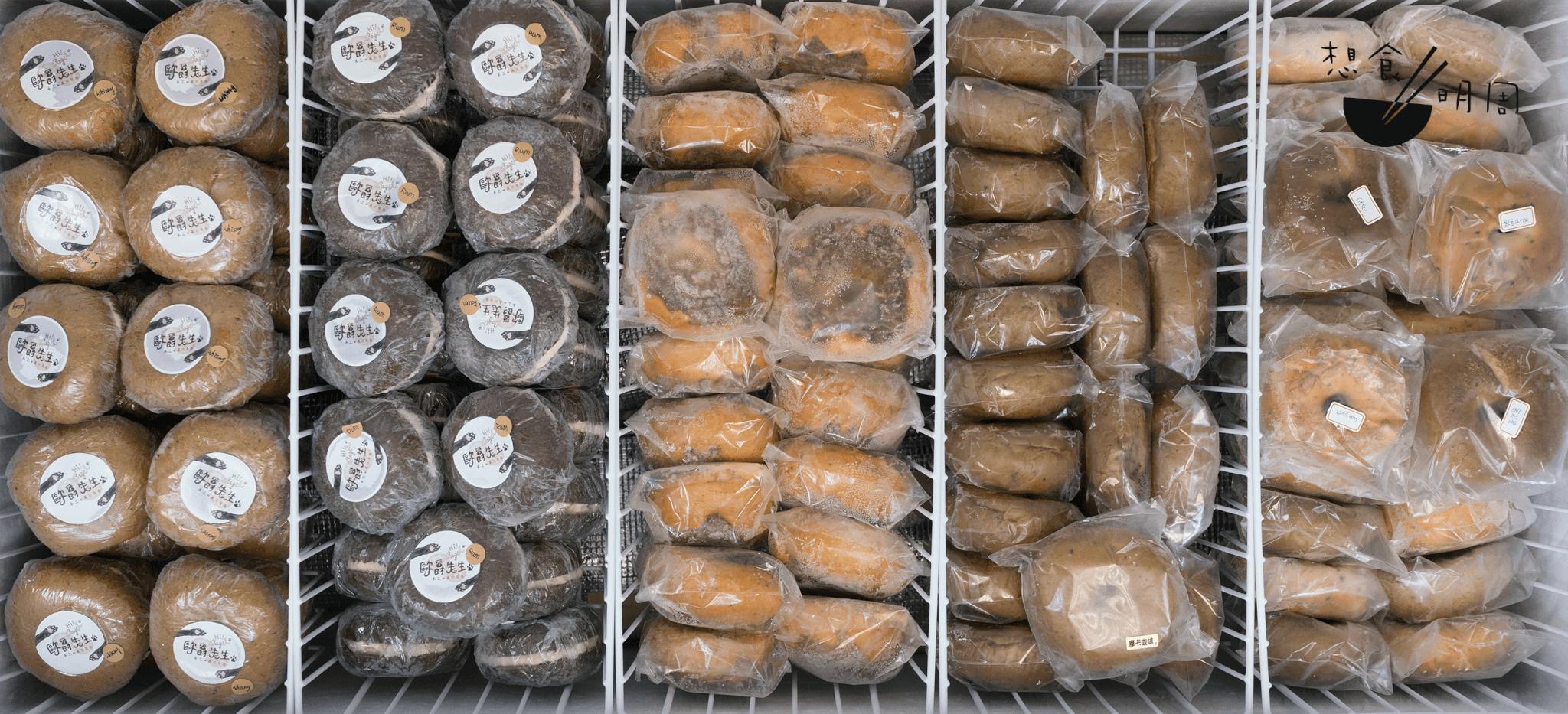 代購店在旺角設有門市,以有三個大冷凍櫃及一個冷藏櫃,儲存由台灣直送到港的各類鹹食、包點及蛋糕。