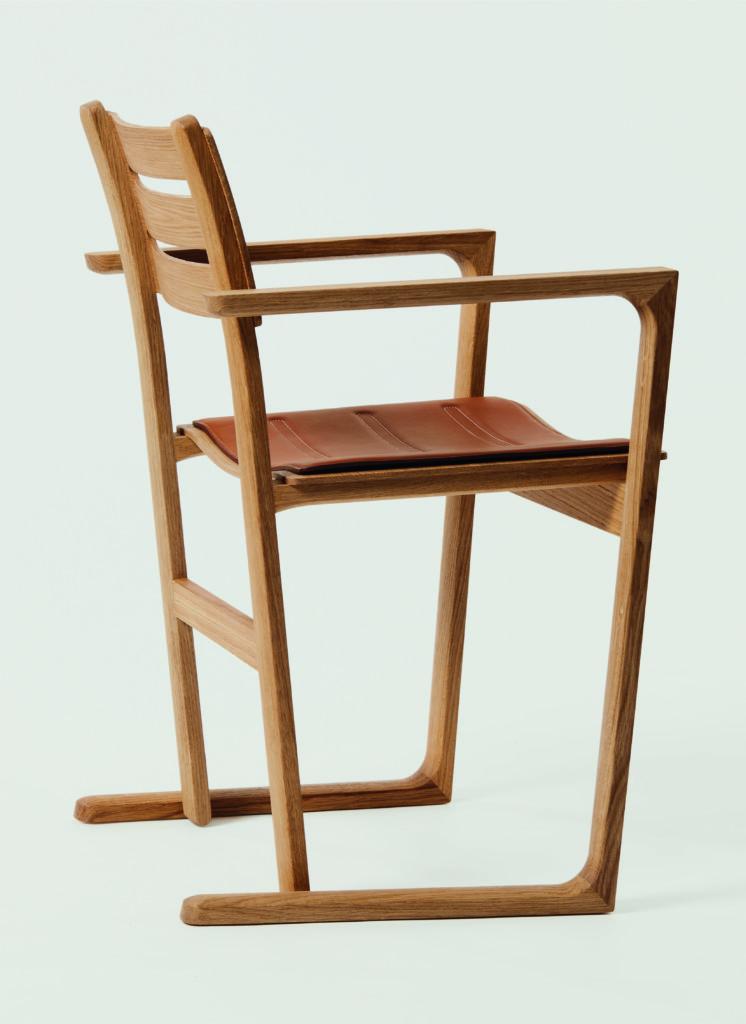 EQUILIBRE D'HERMÈS扶手椅、座椅及桌子,眼見輕巧簡單,卻深藏功底。