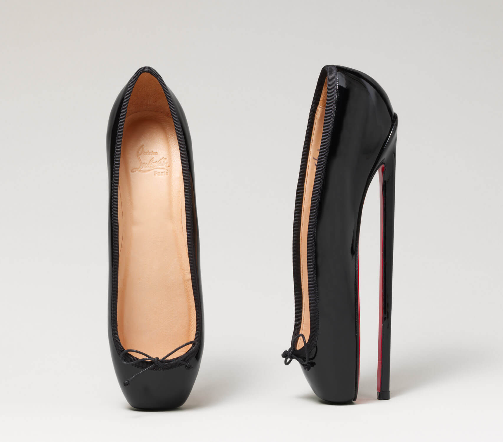 "Christian Louboutin在二〇〇七年設計了一雙名為""En Pointe""的高跟鞋,模仿芭蕾舞者跳腳尖舞步時的狀態。"