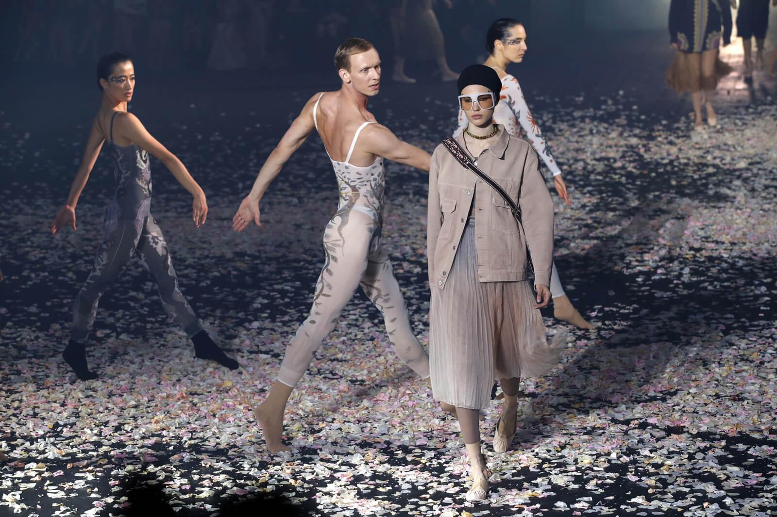 Dior創作總監Maria Grazia Chiuri將二〇二〇年的春夏時裝騷化身芭蕾舞台,模特兒在舞者中穿梭,充滿浪漫意境。
