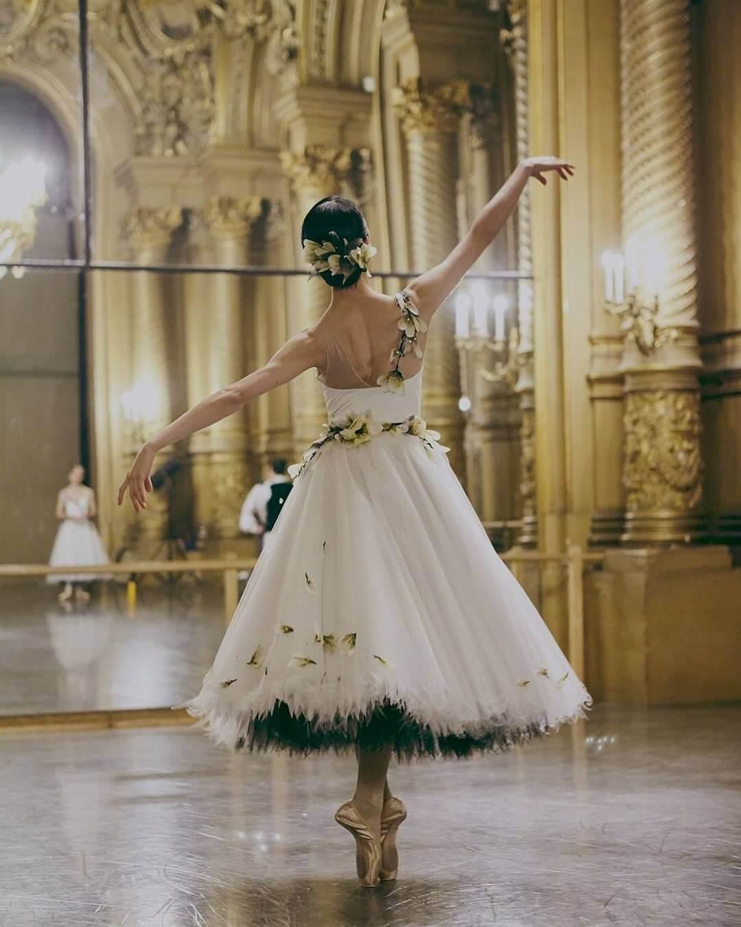 Virginie Viard上場後亦連續兩年贊助巴黎歌劇院新舞季開幕之夜,並以CHANEL旗下工藝坊Lemarié為芭蕾舞劇''Variations'' 製作高級訂製服級數的舞衣。