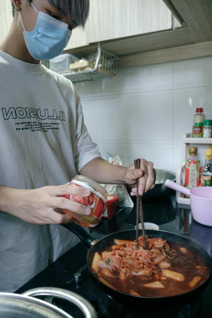 為了錄製影片,Martin每天都會自己煮午餐,準備韓式辣年糕等重口味食物。