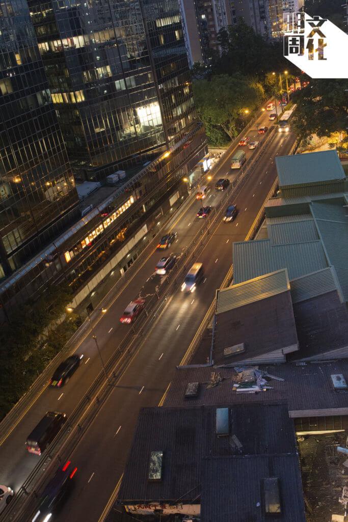 從高空鳥瞰所看,海防道街市大隱隱於市,部分隱於熙來攘往的行車天橋底。