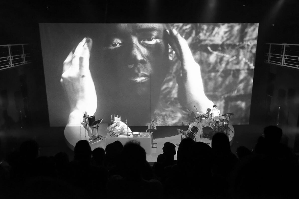 梁基爵與蔡明亮合作的多媒體音樂會「一零」,由WARE負責演出的媒體設計(media design),帶來結合影像和音樂的體驗。
