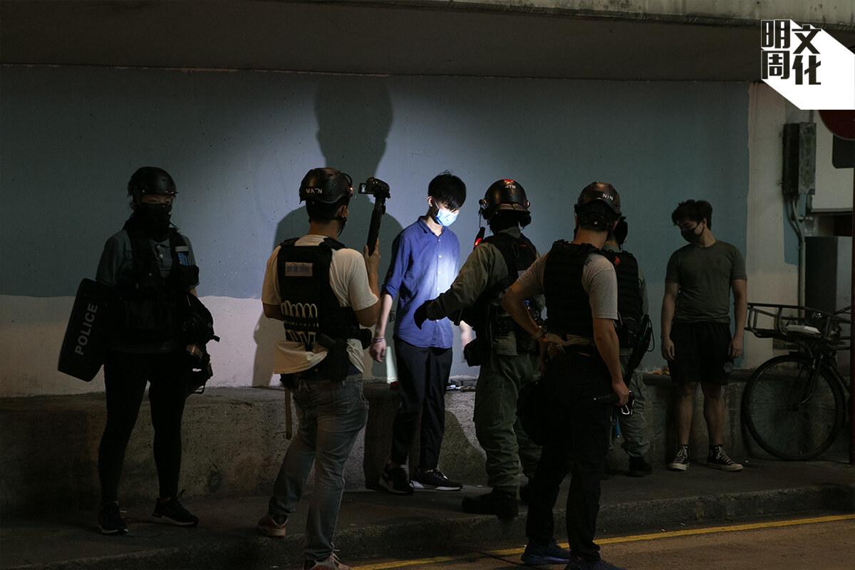 雨傘運動同樣有案件涉及警方過分使用武力,即使當事人勝出民事訴訟,律政司也沒有向相關警員提出刑事檢控。